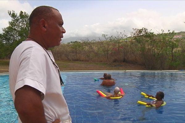 Personnes âgées à la piscine