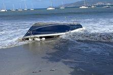 Un bateau échoué sur la plage à cause de la forte houle à l'anse à l'Ane