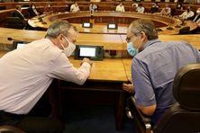 Face à la dégradation de la situation sanitaire à La Réunion, le préfet rencontre les maires au Conseil Départemental.