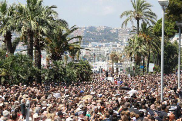 Attentat à Nice : une minute de silence et Manuel Valls hué à Nice