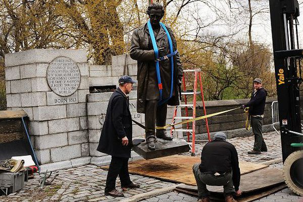 Statue déboulonnée