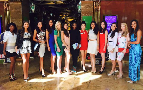 Hinarere et son groupe Miss World 2015