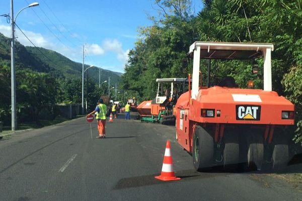 Des engins de chantier s'occupent du bitumage de la route