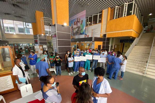 Personnel de la radiologie mobilisée dans le hall du CHUG
