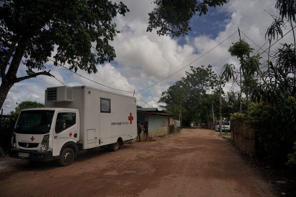 Le camion de la Croix-Rouge à Saint-Laurent-du-Maroni