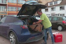 C'est à bord de sa petite voiture bleue électrique que Daniel Berthiaume vit son rêve, celui de visiter l'Archipel