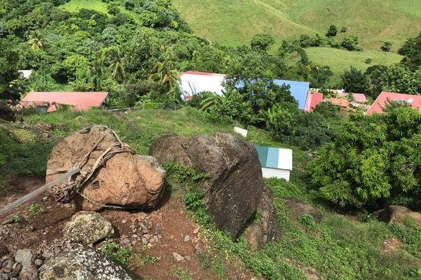 Un rocher de 700 kilos menace de tomber sur des maisons au Robert.