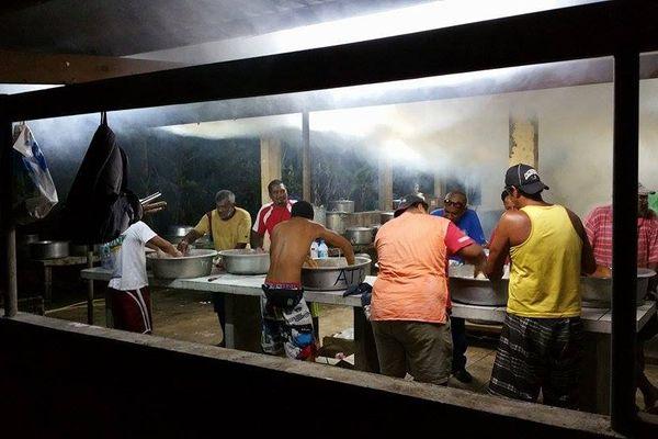 Préparation du four tahitien