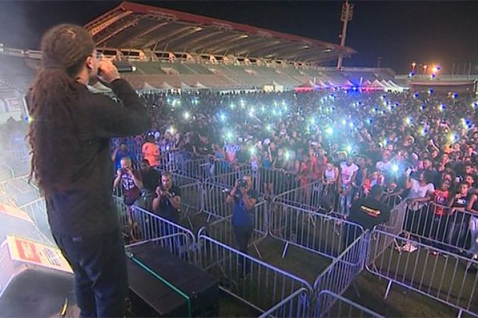 Le chanteur martiniquais Kalash devant son public au stade de Dillon (19 novembre) © Martinique 1ère