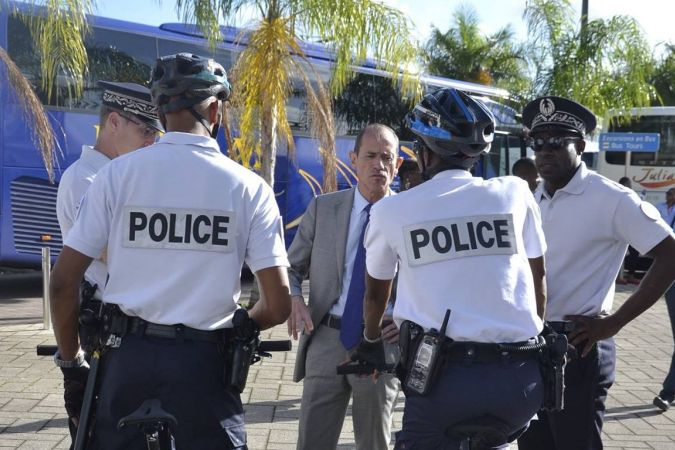 Des policiers en mission à Fort-de-France (au centre le préfet de Martinique Franck Robine). © FB police nationale