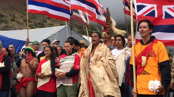 Manifestants contre le projet Thirty Meter Telescope. © Molly Solomon