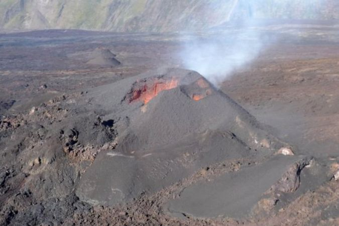Le Piton de la Fournaise entre encore en éruption