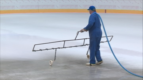 Travaux à la patinoire : le blanchiment de la surface
