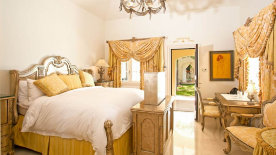 Kin size bed au château des palmiers © Sotheby's international Realty