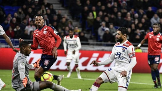 Mike Maigan (LOSC) face à Nabil Fekir (OL), mai 2019 © JEFF PACHOUD / AFP
