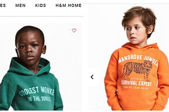 """Coolest monkey in the jungle"" (en français : ""Le singe le plus cool de la jungle"") est écrit sur le sweat-shirt de l'enfant noir."